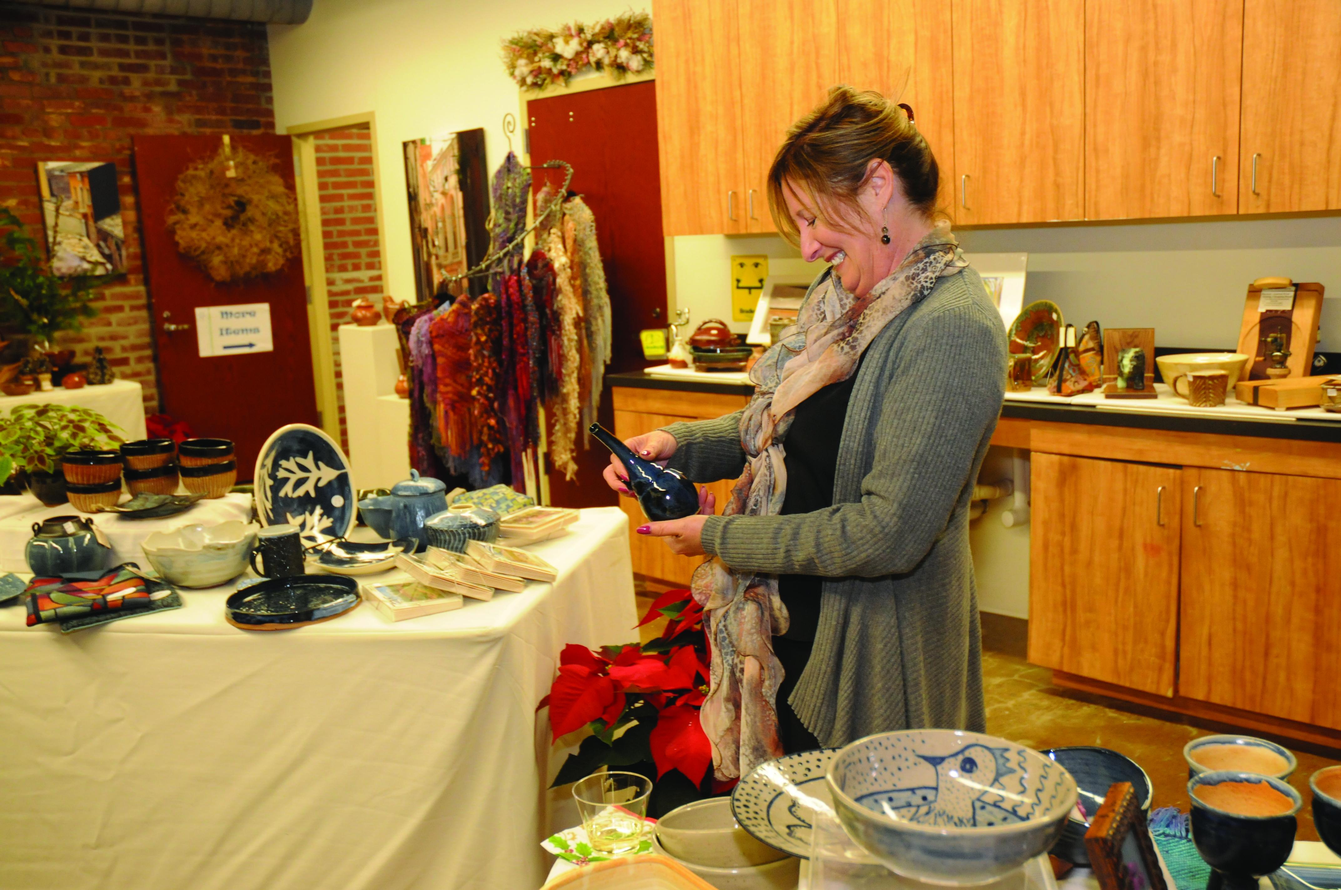 Sawtooth-DecktheHalls-pottery-shopper
